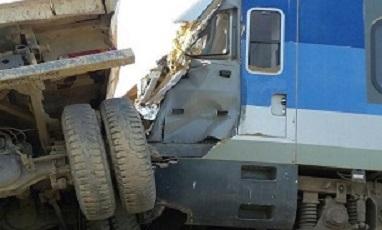 تصادف کامیون با قطار مسافری