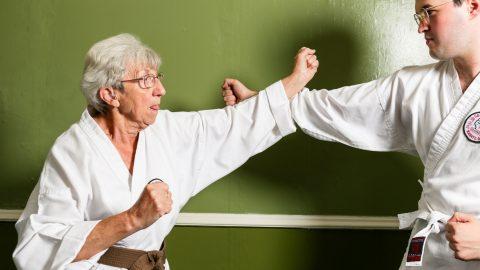 مادربزرگ 75 ساله کاراته باز