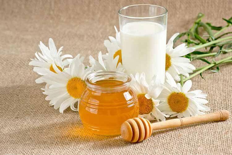 خطر نوشیدن شیر داغ با عسل