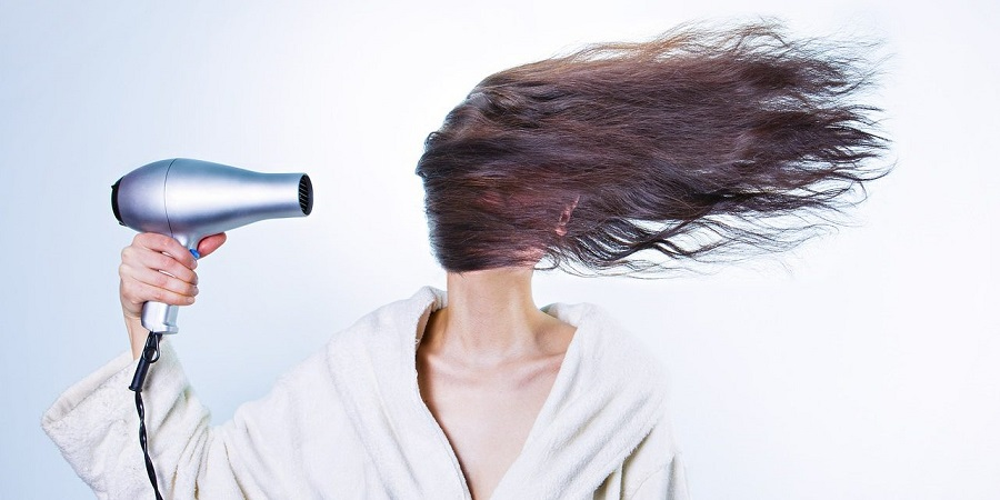 اشتباهات رایجی که هنگام استفاده از سشوار که صدمات زیادی به موها می زند