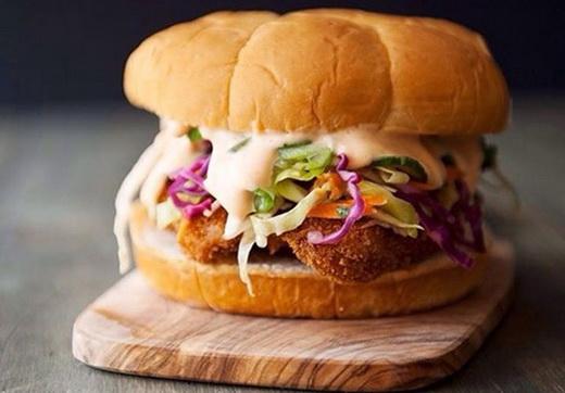 آموزش طرز تهیه ساندویچ مرغ با سالاد کلم